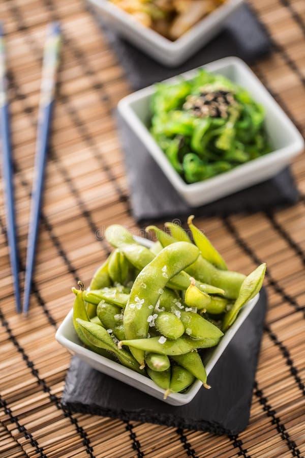 Japansk asiatisk matedamame knaprar, kokade gröna sojabönabönor arkivbild