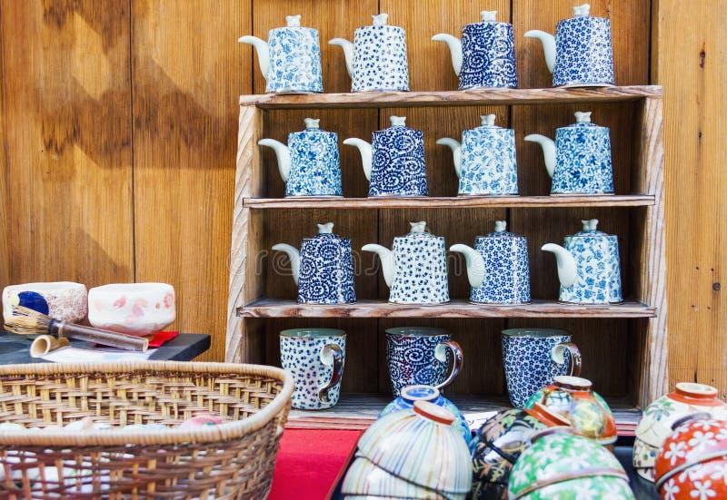 Japansk asiatisk stilporslinkrukmakeri som är till salu i Kyoto arkivfoto