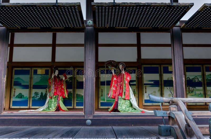 Japansk autentisk kimonoklänning på den Kyoto slotten, Japan arkivbilder