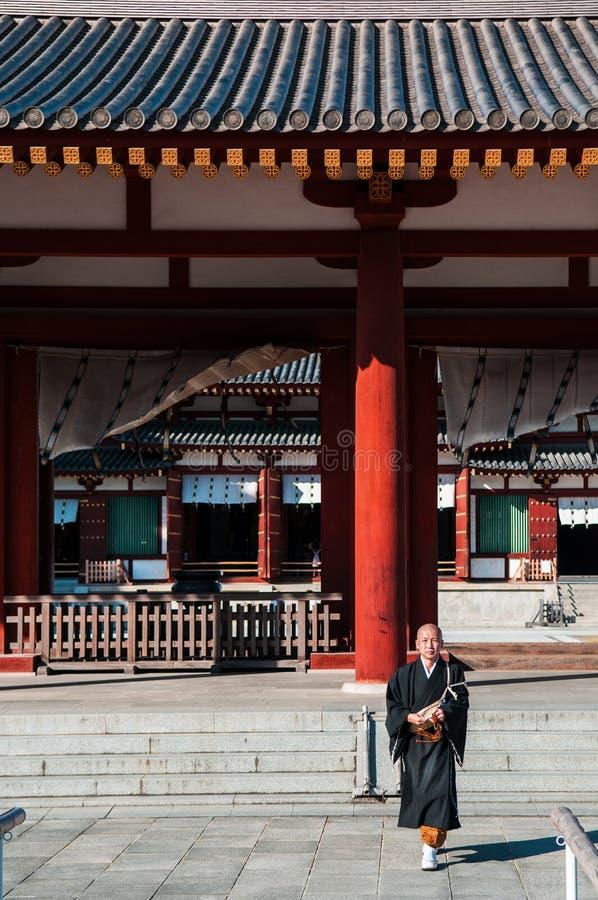 Japansk buddistisk munk eller präst på den Yakushiji templet royaltyfri bild