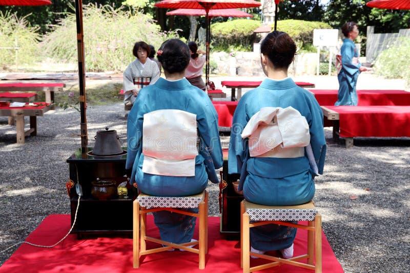 Japansk ceremoni för grönt te i trädgård arkivbilder