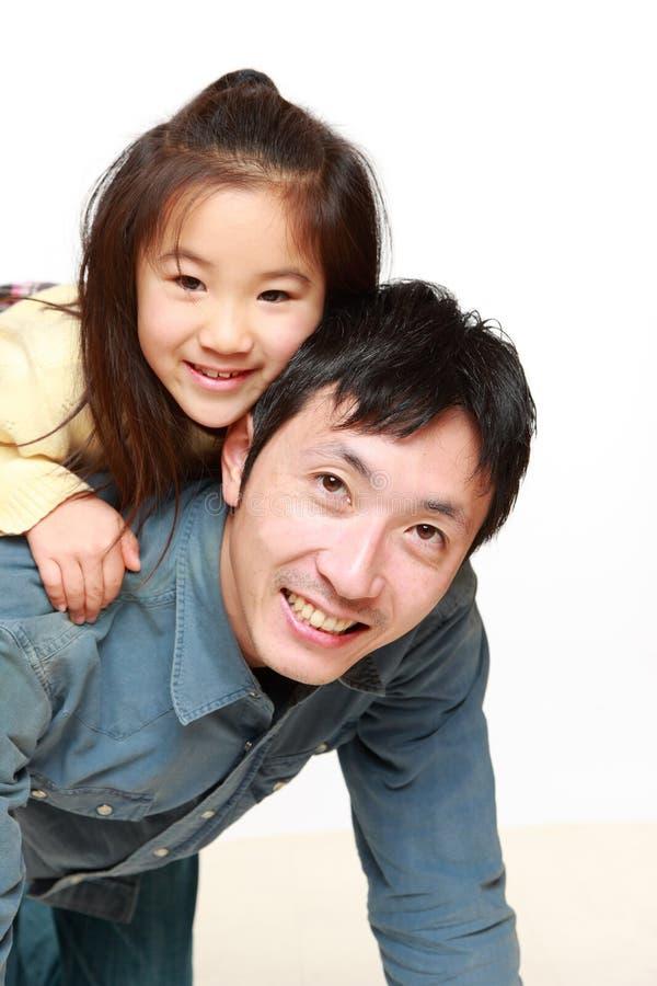 Japansk fader och hans sonlekhäst-ritt royaltyfri fotografi