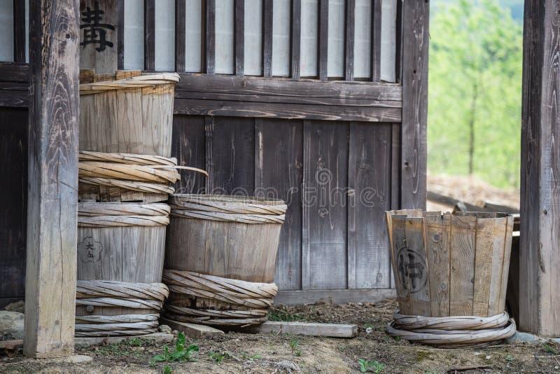 Japansk filmuppsättning: traditionella japanska vattenhinkar royaltyfri bild