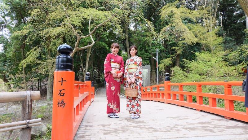 Japansk flicka i kimonien Fushimi Inari Taisha arkivfoton