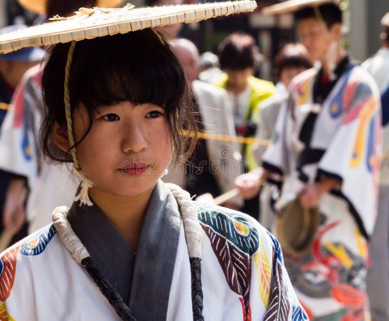 Japansk flicka i traditionella kläder på den Takayama festivalen