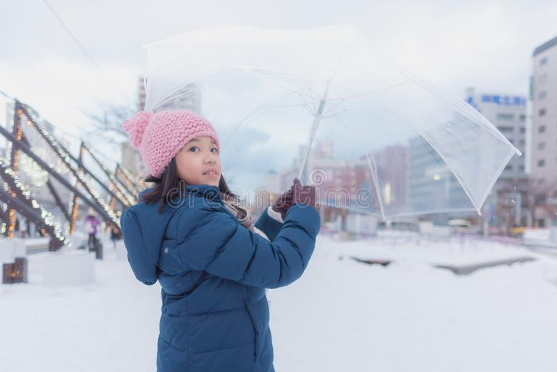 Japansk flicka i vinter arkivbilder