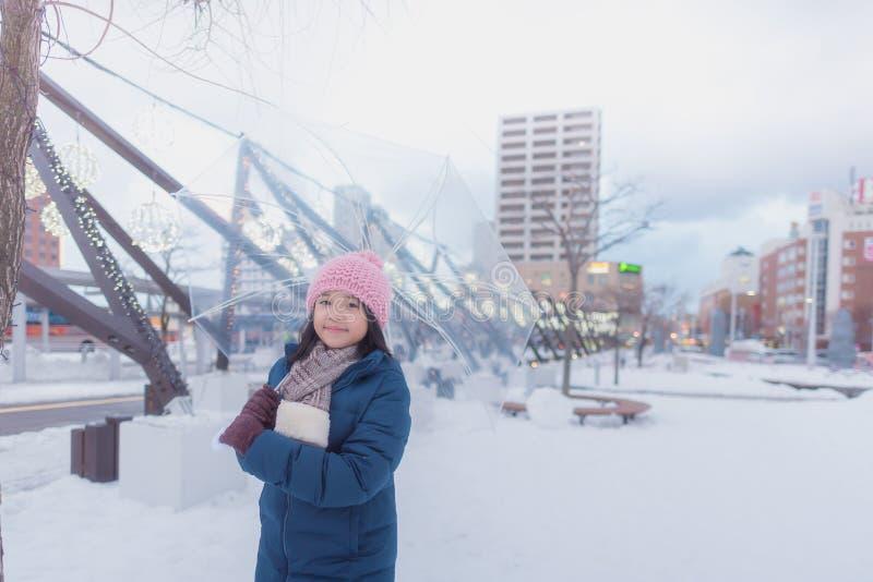 Japansk flicka i vinter arkivfoto