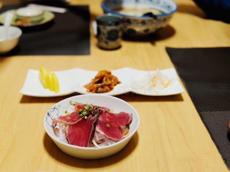 Japansk kokkonst, bunke för wagyusteknötkött på tabellen Begrepp av menyn eller asiatiskt orientaliskt mål som äter kultur fotografering för bildbyråer