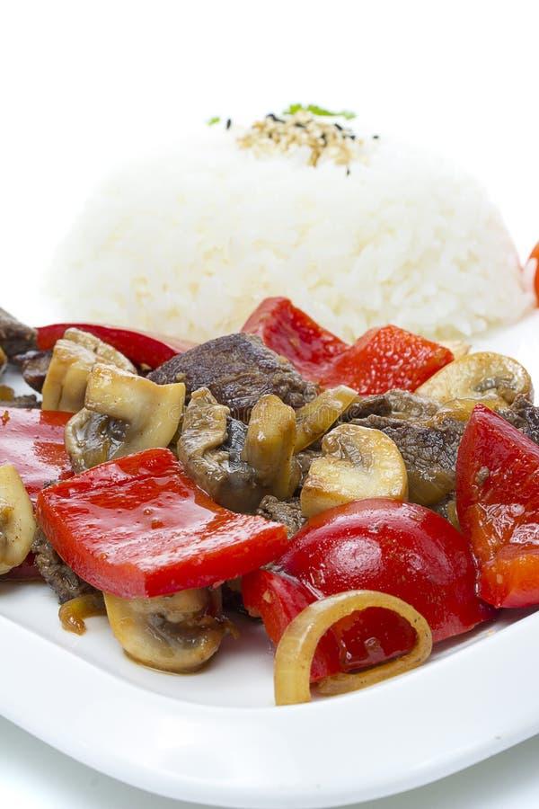 Japansk kokkonst - ris med kött och champinjoner och grönsaker arkivfoton