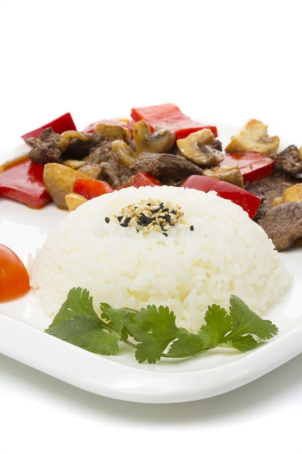 Japansk kokkonst - ris med kött och champinjoner och grönsaker arkivbild