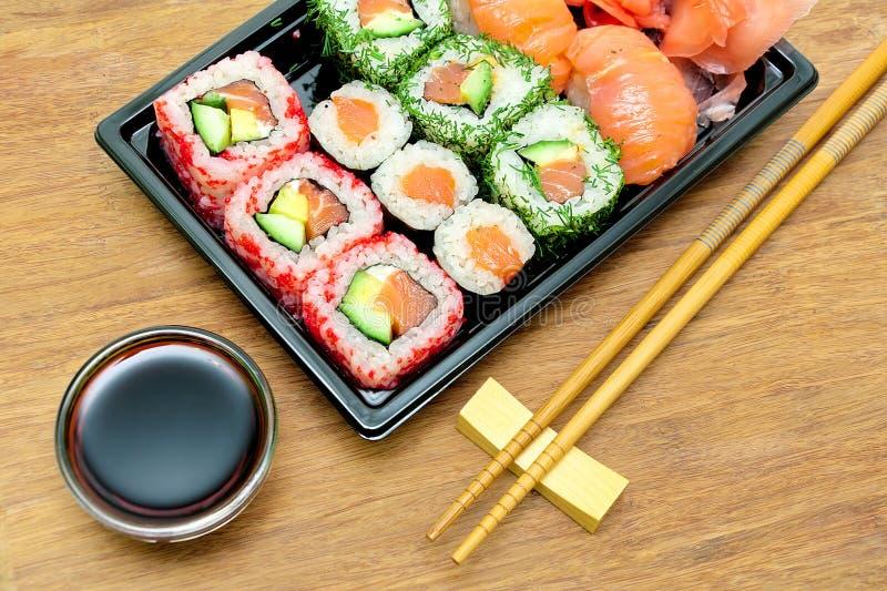 Japansk kokkonst: rullar och sushi på en bambu stiger ombord närbild royaltyfri fotografi