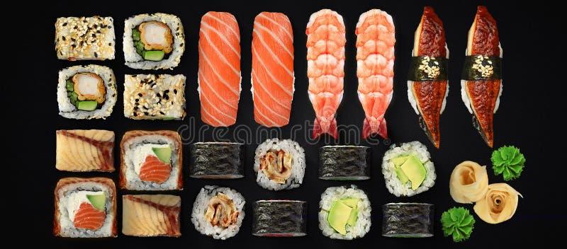 Japansk kokkonst Sushi- och rulluppsättning över mörk bakgrund arkivbilder