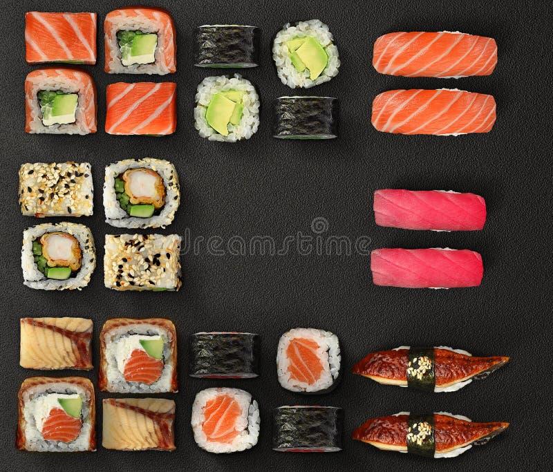 Japansk kokkonst Sushi- och rulluppsättning över mörk bakgrund royaltyfri bild