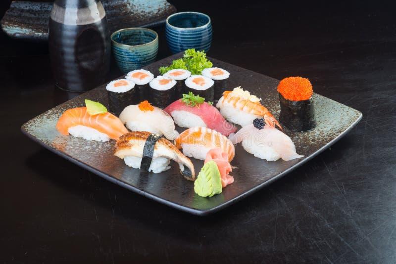 Japansk kokkonst sushiuppsättning på bakgrunden royaltyfria foton