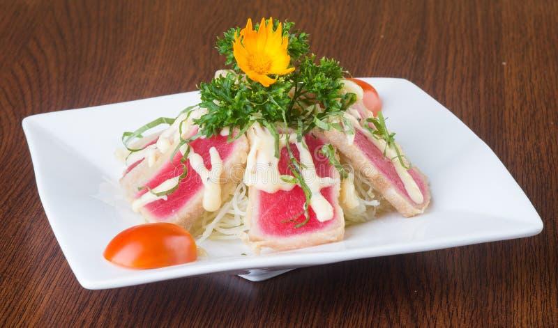 Japansk kokkonst tonfisksushi på bakgrunden royaltyfri foto