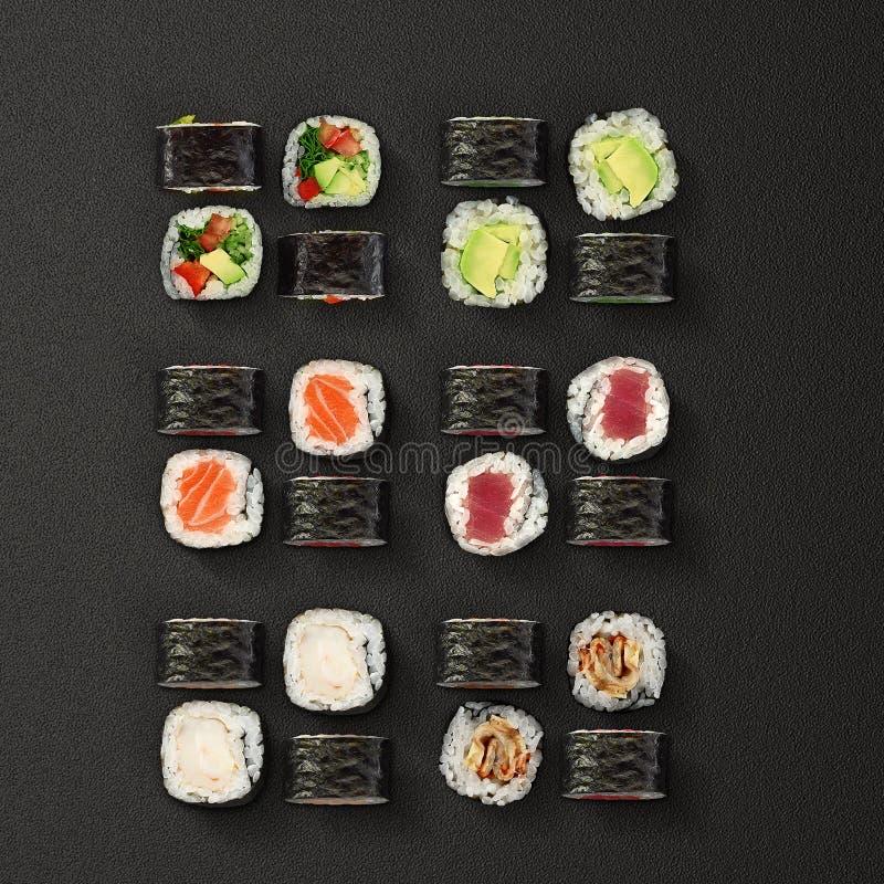 Japansk kokkonst Uppsättning för sushirullar över mörk bakgrund arkivfoto