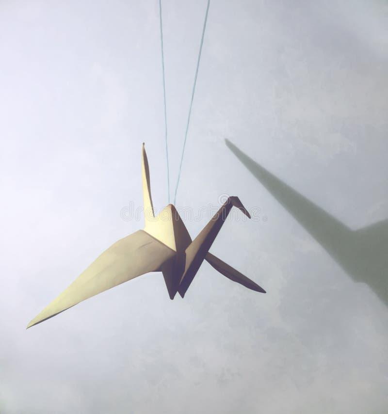 Japansk kran för origami med skugga på väggen göra sammandrag den din bakgrundsdesignen arkivbilder