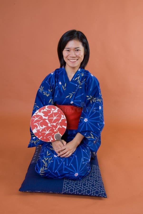 Japansk kvinna i kimono royaltyfri foto
