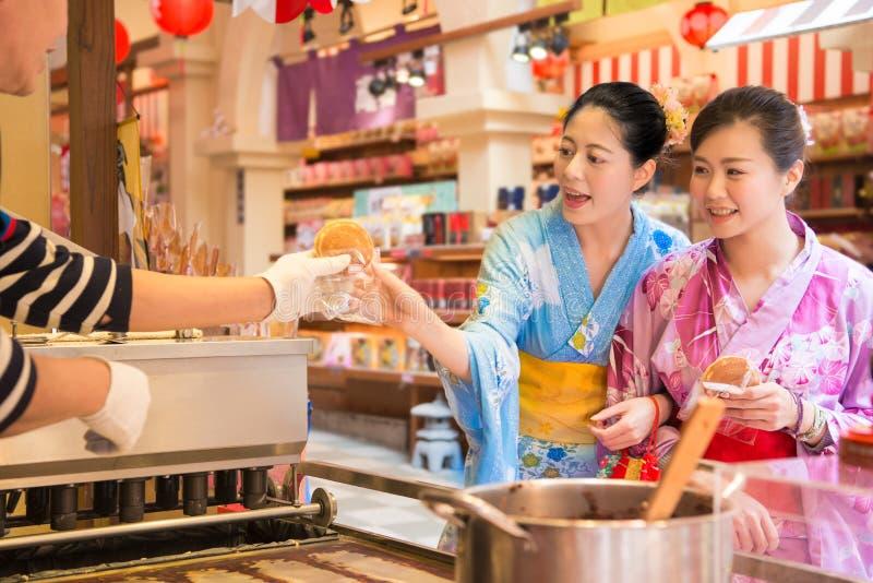 Japansk kvinnaköpandepannkaka royaltyfria foton