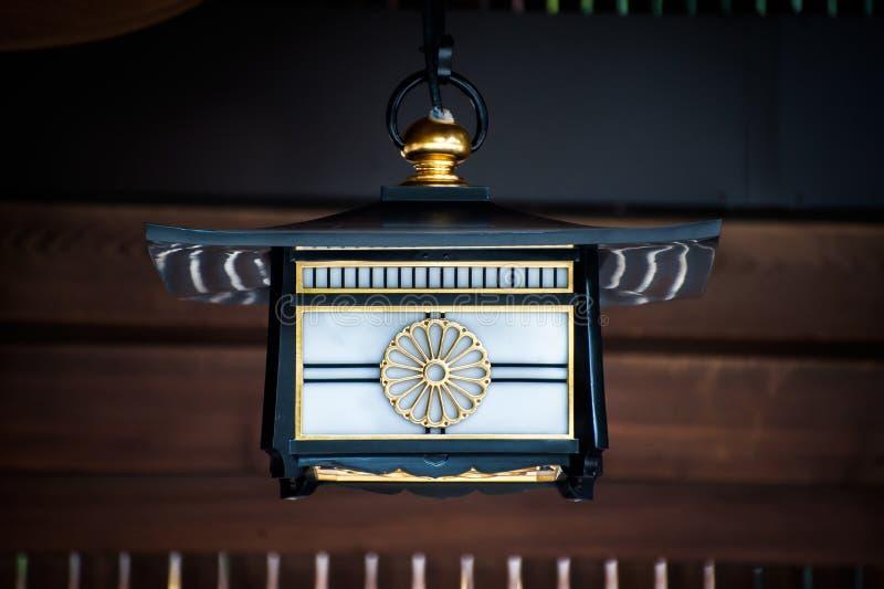 Japansk lanterna som visar Chrysanthemum design för Japans Imperial Seal vid Meiji Shrine, Tokyo royaltyfria bilder