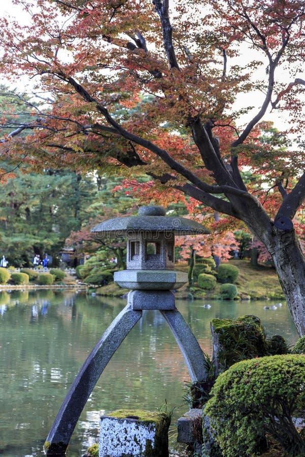 Japansk lykta, på den Kenrokuen trädgården, i Kanazawa Japan royaltyfri foto