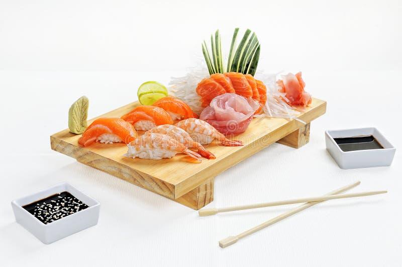 Japansk mat består av ris, laxen, aubergine sushi för måltid royaltyfria bilder
