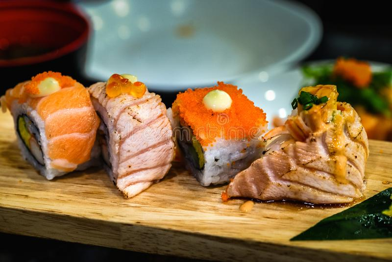 Japansk mat för sushi på en träplatta för hälsa fotografering för bildbyråer