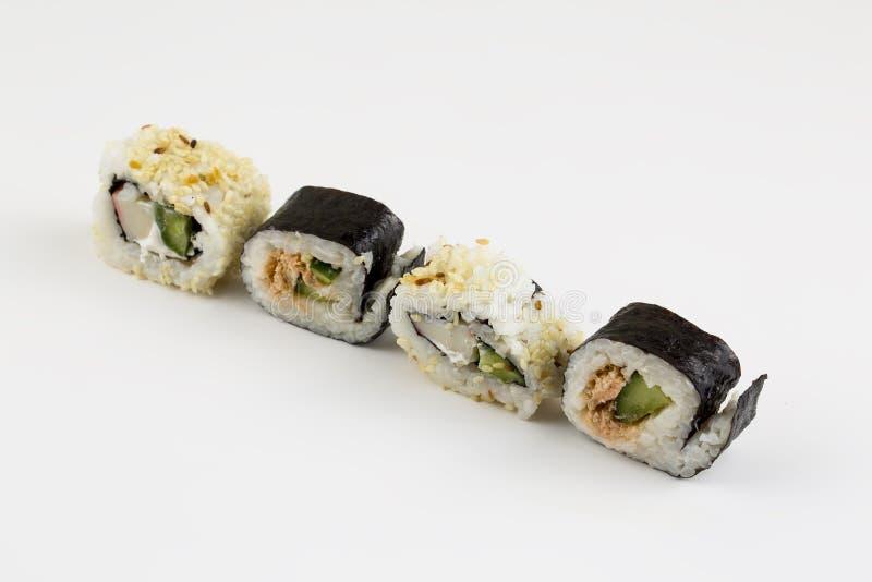 Japansk mat för sushirullar som isoleras på vit bakgrund royaltyfri foto