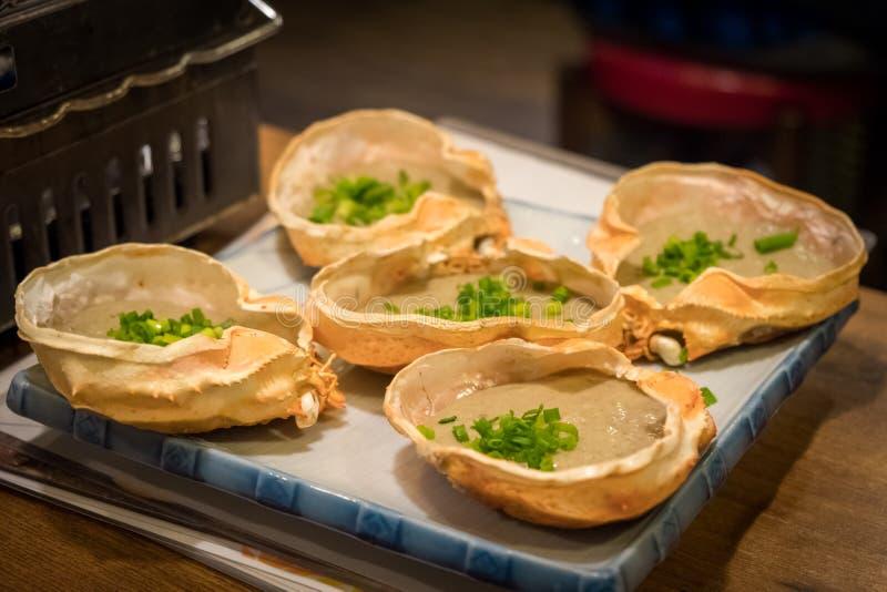 Japansk mat, krabbadeg och krabbaägget på skal för konungkrabba grillade den kallade Kani misoen fotografering för bildbyråer