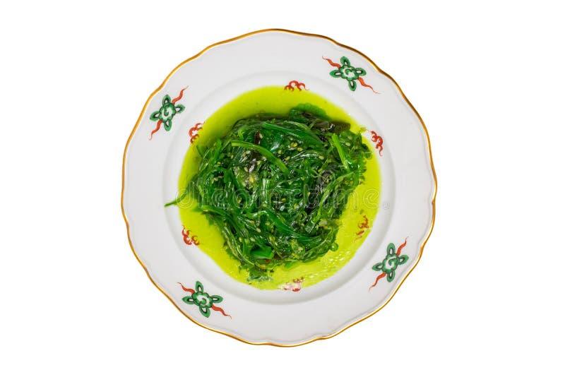 Japansk mat Närbild av Chuka eller havsväxtsallad med sesamfrö på en färgrik platta som isoleras på en vit bakgrund Skaldjur arkivfoton