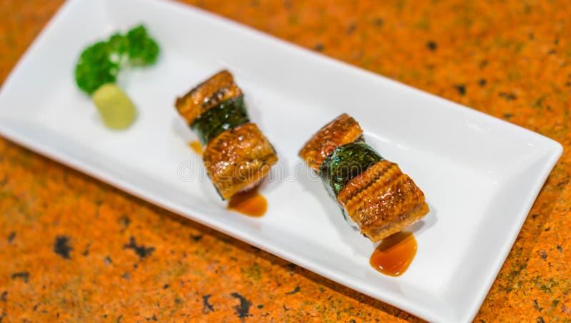 Japansk mat: Rulle för ålfisksushi royaltyfri foto