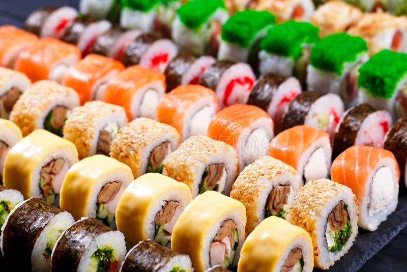 Japansk mat, sortiment av makisushirullar royaltyfri bild