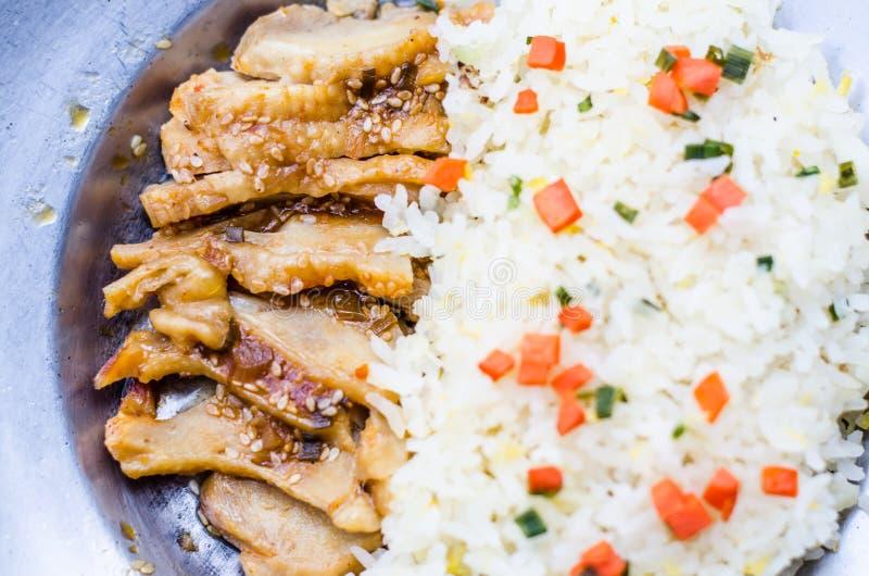 Japansk mat stekte risservar med höna i Teriyaki sås arkivfoto