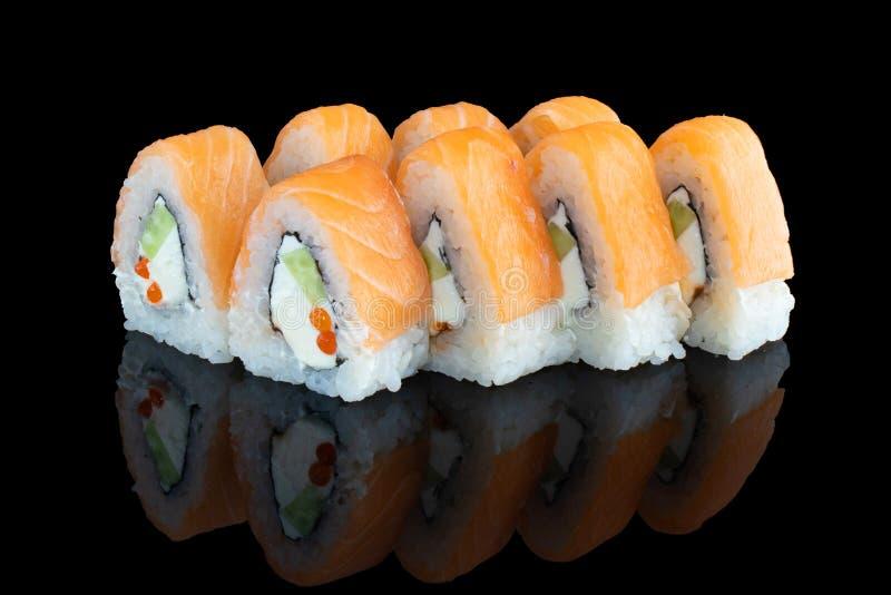 Japansk mat Sushi i form av en pyramid Laxrullar royaltyfri foto