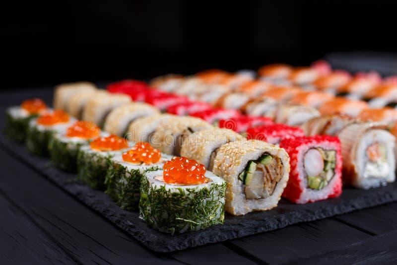 Japansk mat, sushirestaurang Slut upp av det stora sortimentet av royaltyfri bild