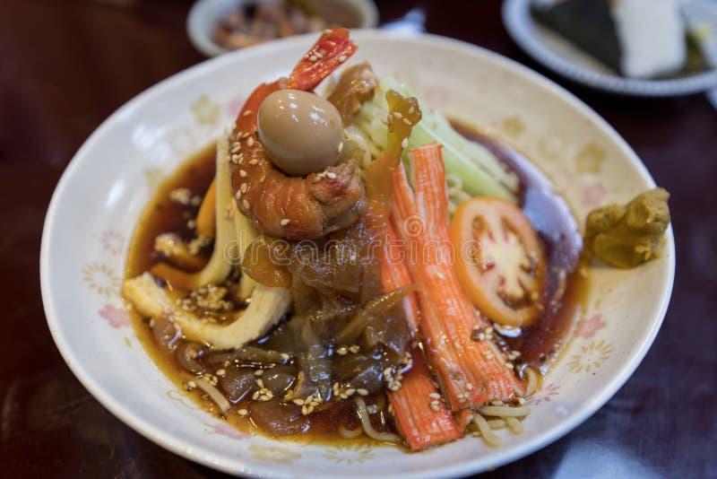 Japansk maträtt som består av kylde ramennudlar arkivbilder