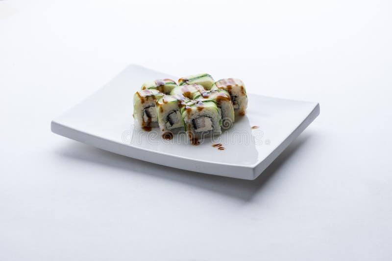 Japansk matrestaurang, platta för rulle för sushimaki gunkan eller uppläggningsfatuppsättning Sushiuppsättning och sammansättning royaltyfri foto