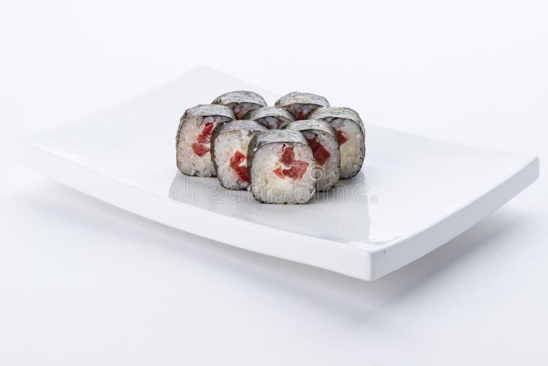 Japansk matrestaurang, platta för rulle för sushimaki gunkan eller uppläggningsfatuppsättning Sushiuppsättning och sammansättning royaltyfria bilder