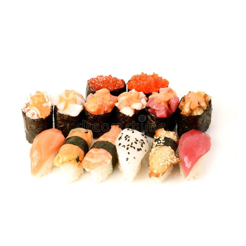 Japansk matrestaurangleverans - uppläggningsfat för sushimakiKalifornien stor uppsättning för gunkan rulle som isoleras på vit ba royaltyfri bild
