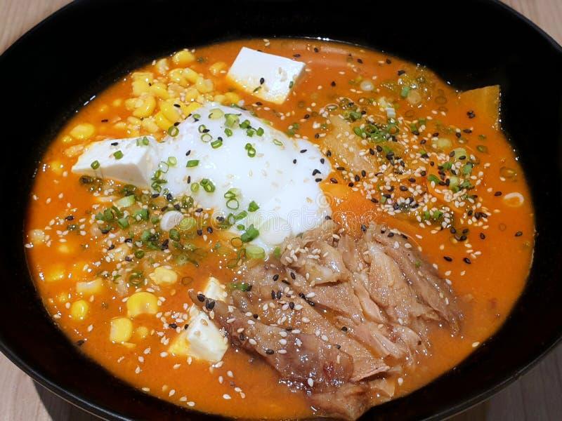 Japansk matstil, bästa sikt av ramen med chashugriskött, mjuk kokt varm och sur soppa för ägg som, strilas med salladslök fotografering för bildbyråer