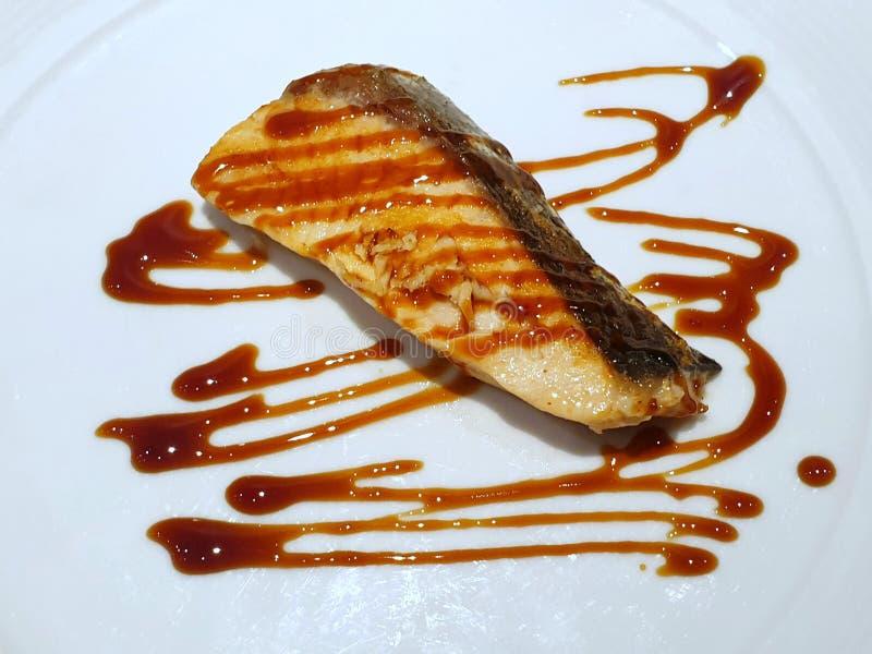 Japansk matstil, b?sta sikt av grillad laxbiff med teriyakis?s arkivbild