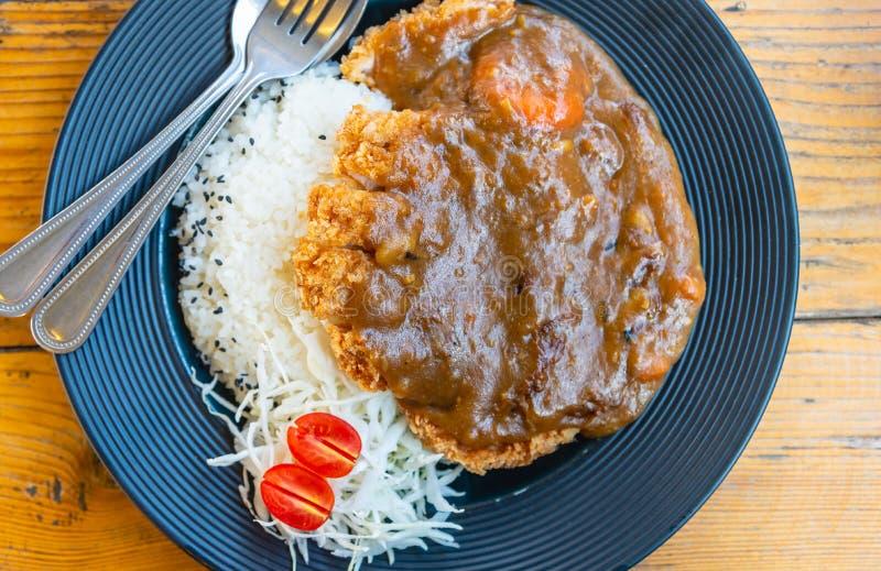 Japansk mattonkatsucurry eller stekt frasig grisköttcurry tjänade som med japanska ris royaltyfri bild