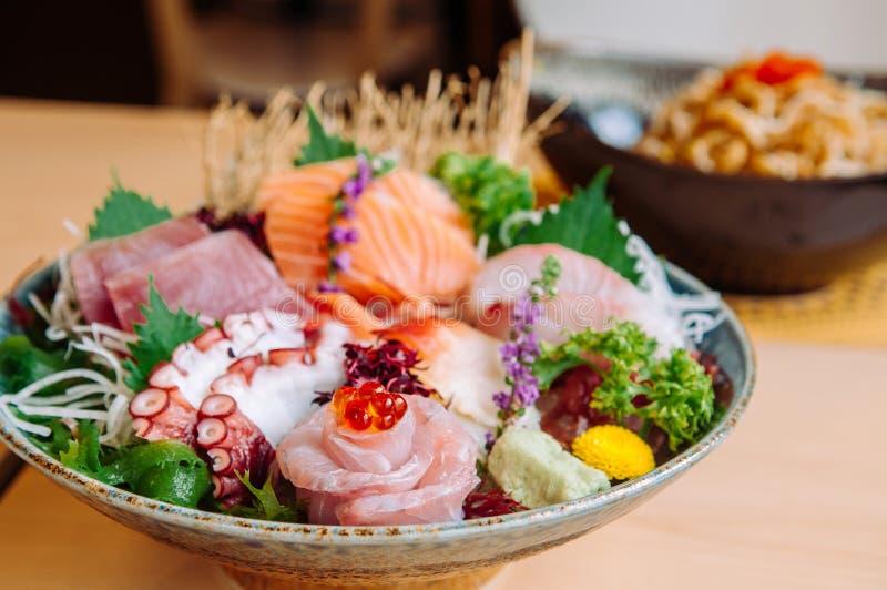 Japansk ny högvärdig sashimi i keramisk bunke royaltyfri foto