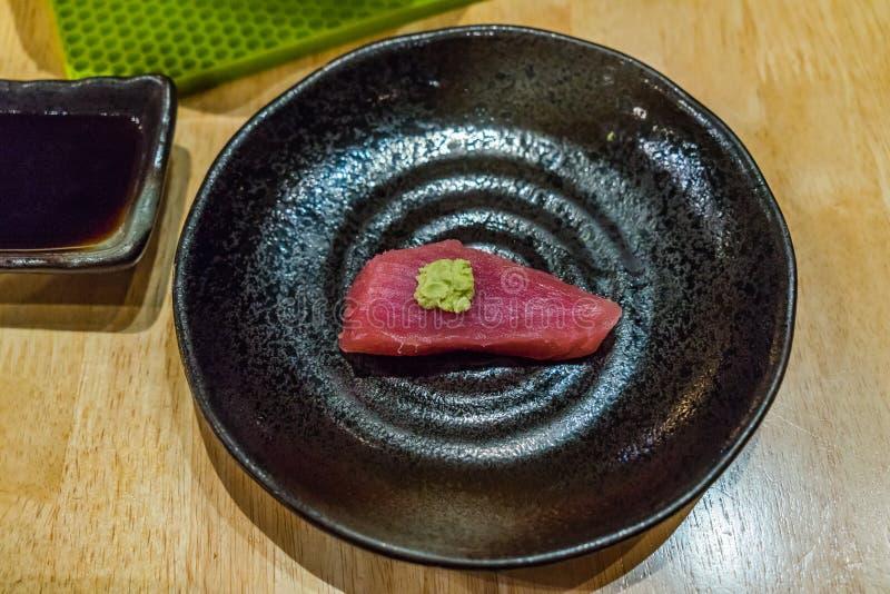 Japansk ny rå skaldjur Tuna Sashimi i svart platta fotografering för bildbyråer