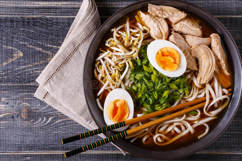 Japansk ramensoppa med höna, ägget, gräslökar och grodden fotografering för bildbyråer