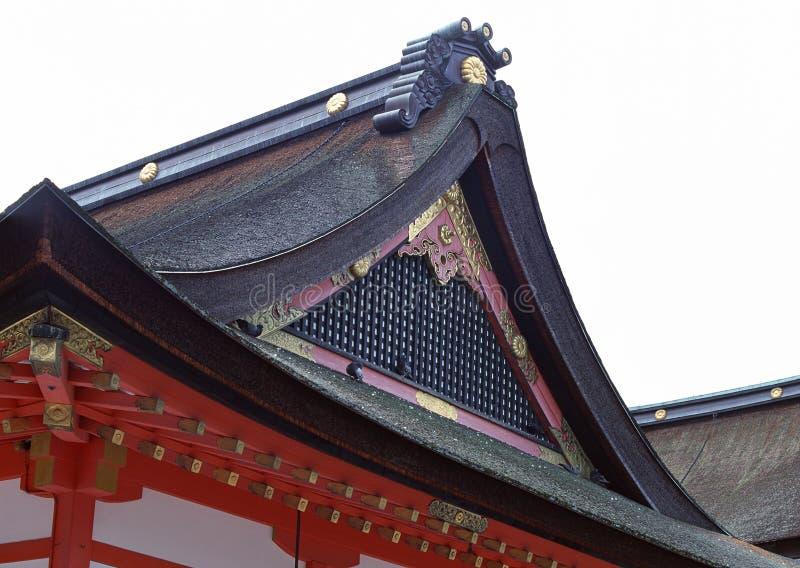 Japansk relikskrinsvart och rött tak med guld- detaljer royaltyfria foton