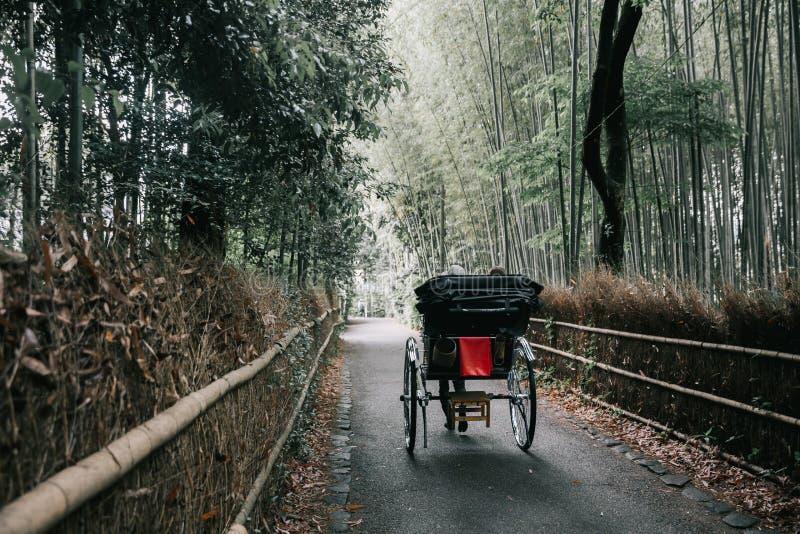 Japansk rickshaw med bambuskogen i kyoto Japan arkivbilder