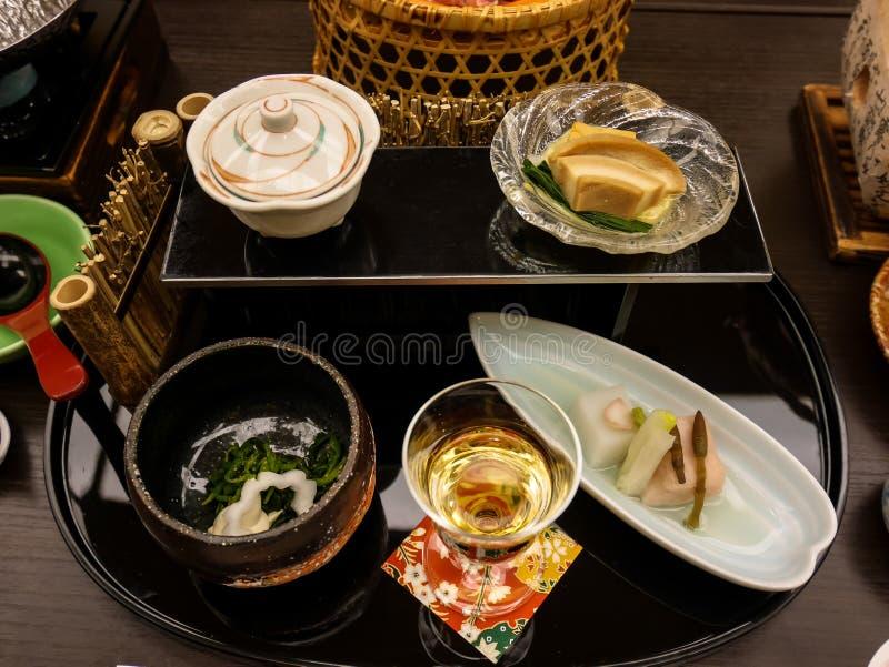 Japansk ryokan kaisekimatställeaptitretare inklusive tofuen för körsbärsröd blomning, liljakulatofuen, hästsvansen, silvervine oc royaltyfria bilder