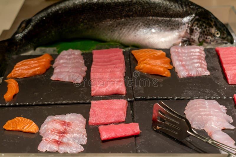 Japansk Sashimi i den japanska buffét arkivfoto