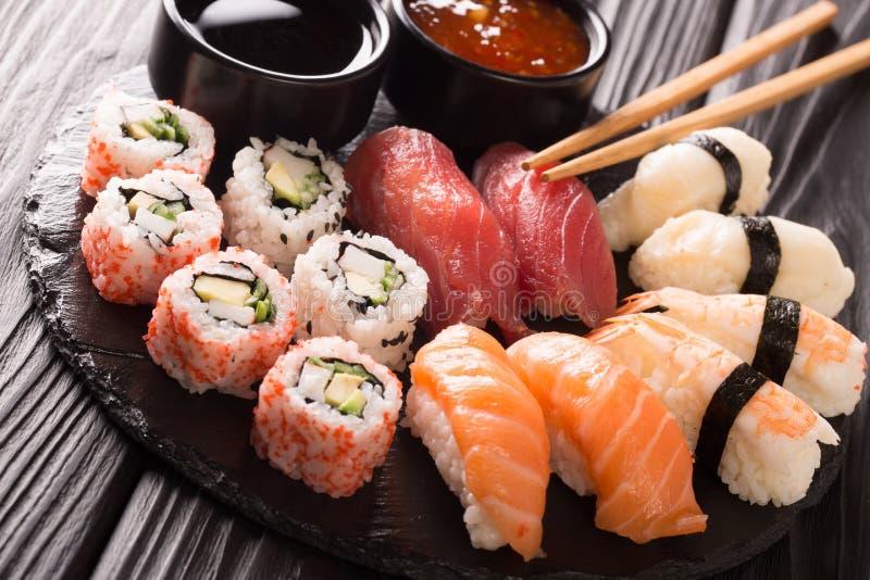 Japansk skaldjur, restaurangmenyfoto den stora färgrika uppsättningen av nya sushirullar med laxen, tonfisk, nigiri och maki tjän royaltyfria foton